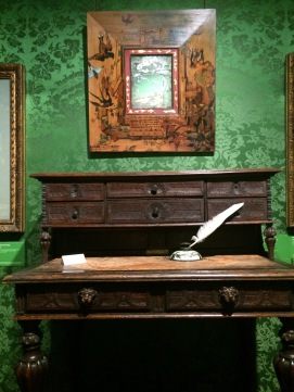 A escrivaninha e a pena utilizados por Victor Hugo